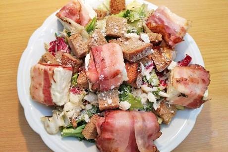 schafskase-im-speckmantel-auf-knackigem-salat.jpg