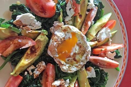 warmer-blattspinat-mit-avocado-ei-und-tomaten.jpg
