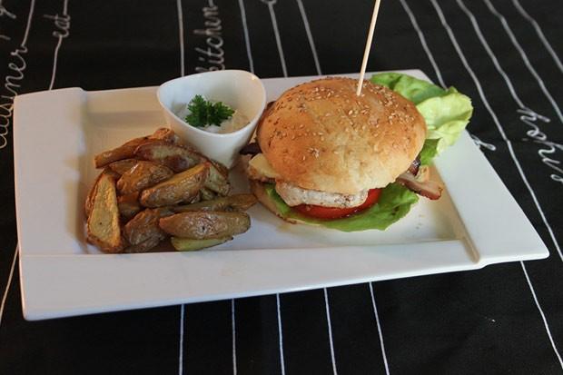 Hähnchen-Cheeseburger