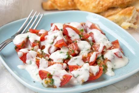 tomaten-mit-sauerrahmdressing.jpg
