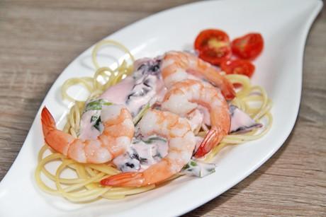 spagetthi-mit-kalter-mangold-parmesan-creme-und-garnelen.jpg