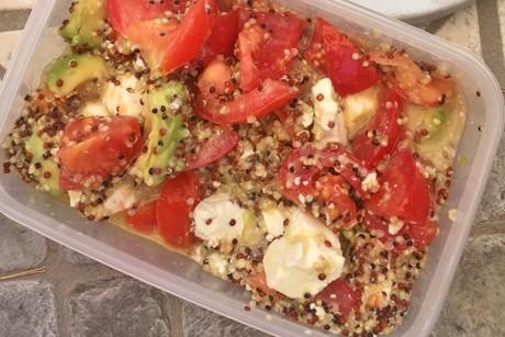 sommersalat-mit-quinoa-feta-und-avocado.jpg
