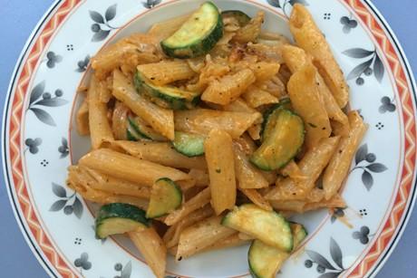nudelsalat-mit-zucchini-und-rotem-pesto.jpg