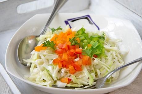 krautsalat-mit-bunten-paprikawurfeln.jpg