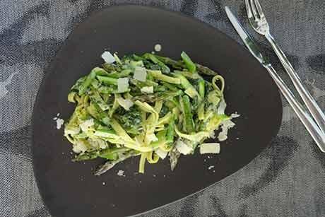 tagliatelle-mit-grunspargel-barlauch-und-parmesan.jpg