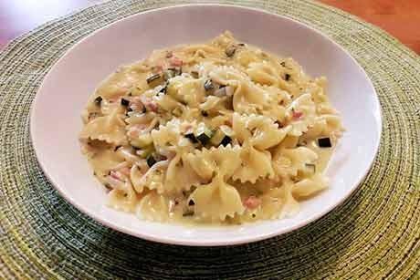one-pot-pasta-mit-zucchini-schinken-und-schlagobers.jpg