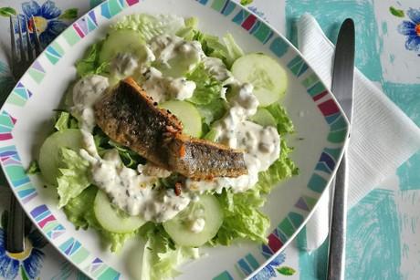 salat-mit-gebratenem-bachforellefilet.png