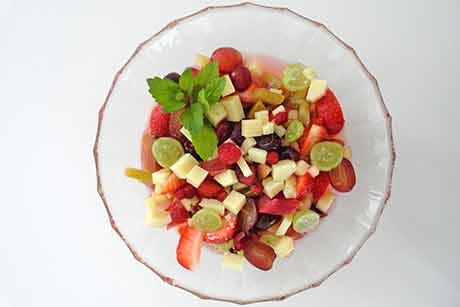 fruchtiger-obstsalat-mit-kase.jpg