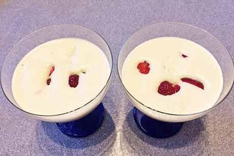 vanille-weinschaum-mit-versunkenen-erdbeeren.jpg