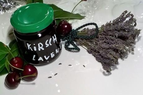 schwarzkirschenmarmelade-mit-lavendelbluten.png