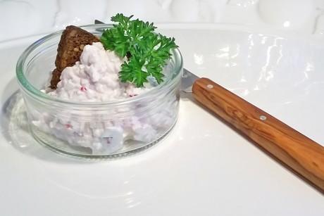huttenkase-mit-chili-vollkornbrot-und-petersilie.png
