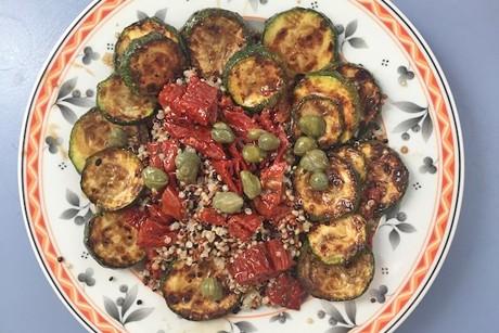quinoasalat-mit-zucchini-getrockneten-tomaten-und-kapern.png