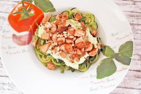zoodles-mit-avocado-creme-und-knusprigem-lachs.png