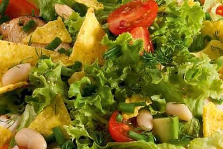 mexikanischer-salat-mit-avocado-und-kelly-s-oder-chio-tortilla-chips.jpg