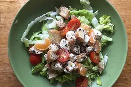 bunter-salat-mit-croutons-feta-und-mandarinen.jpg