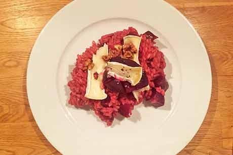 winterliches-rote-ruben-risotto-mit-camembert-und-nussen.jpg