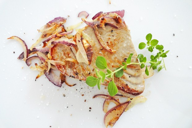 Thunfischsteak mit Zwiebeln