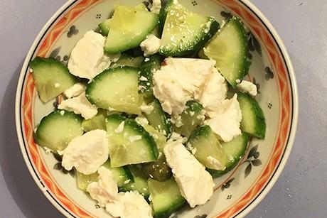 schneller-gruner-gurkensalat-mit-feta.jpg