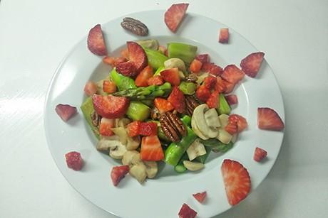 erdbeer-spargelsalat-mit-pilzen-und-pekannussen.png