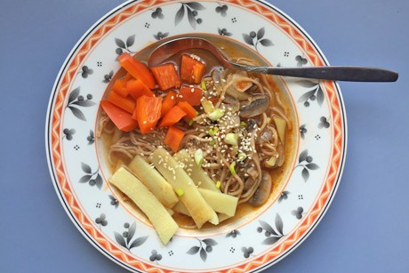 scharfer-asia-one-pot-mit-champignons-paprika-und-bambus.png