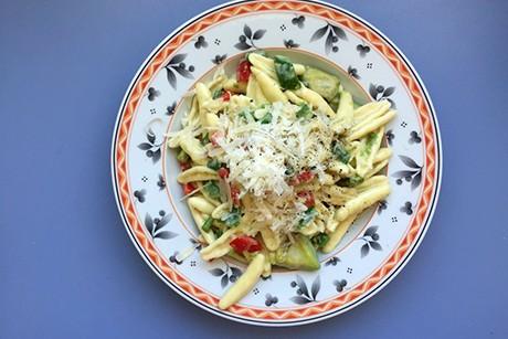 one-pot-pasta-mit-avocado-und-paprika.png
