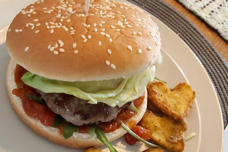 burger-mit-babecue-sauce-und-herzkartoffeln.jpg