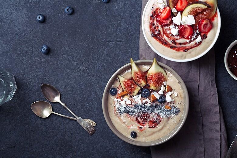 bananen-smoothie-bowl-mit-feigen-heidelbeeren-und-erdbeeren.jpg