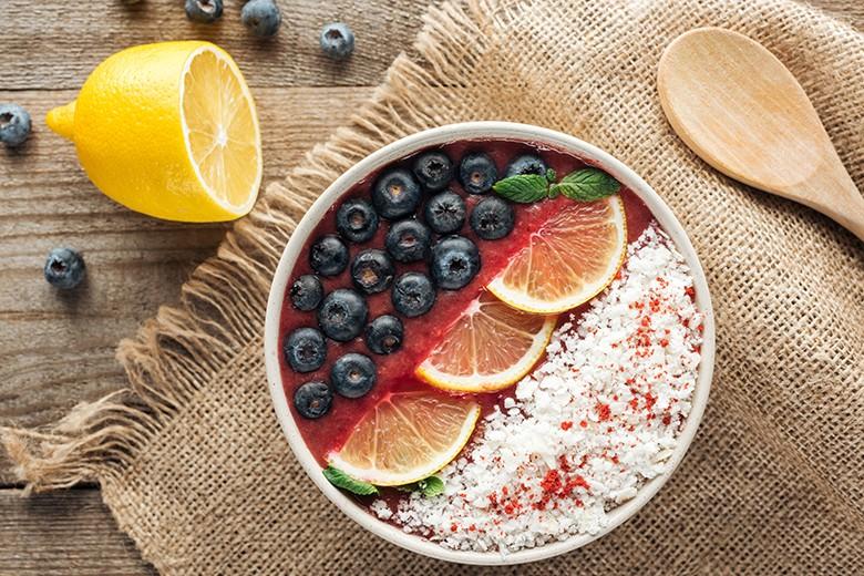 erdbeer-smoothie-mit-kokos-heidelbeere-und-orange.jpg