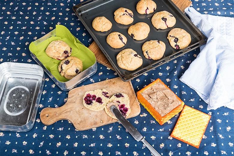 blaubeer-scones-mit-mandelbutter.jpg