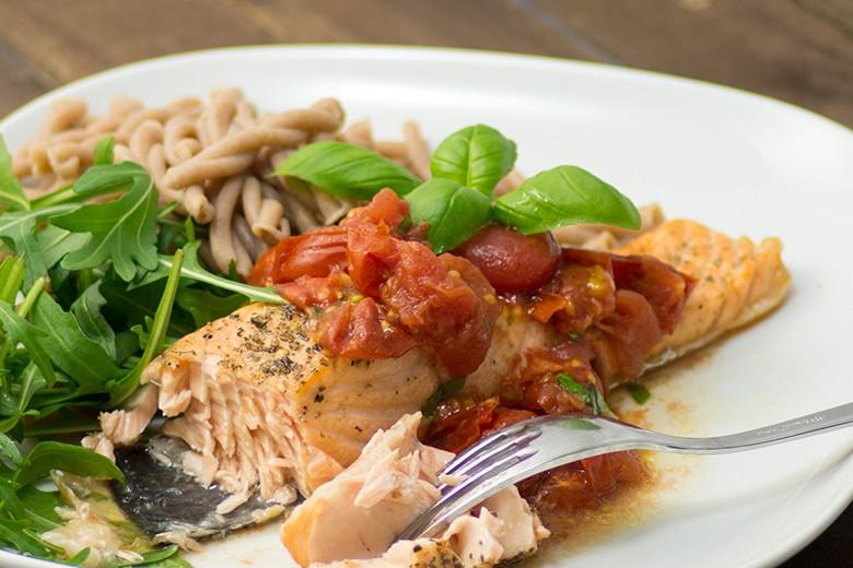 lachsfilets-mit-geroestetem-tomatenchutney-aus-dem-airfryer.jpg
