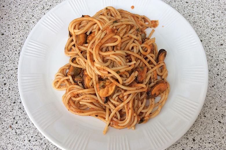 spaghetti-mit-muscheln-in-tomatensauce.jpg