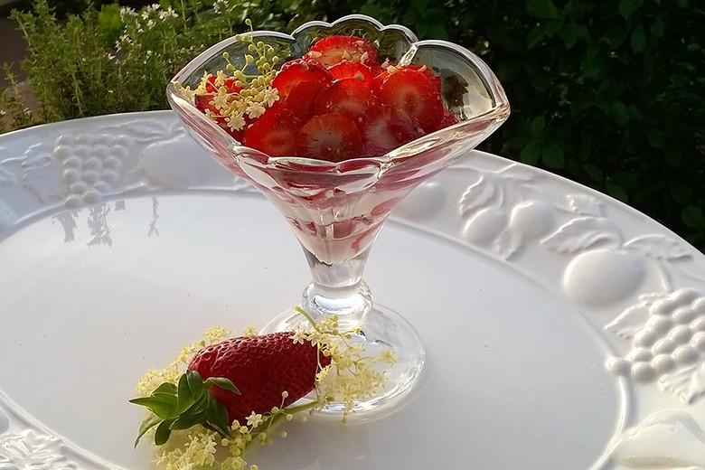 topfen-mit-holler-marinierten-erdbeeren.jpg
