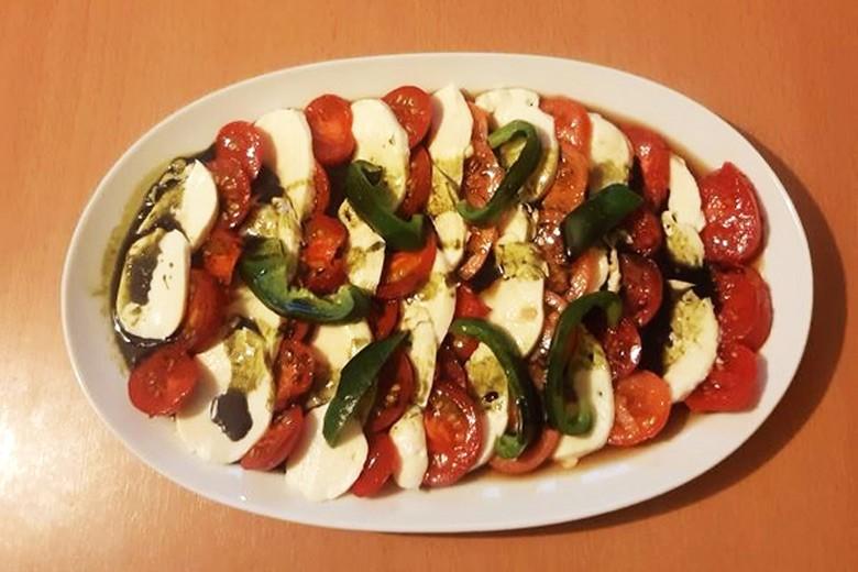 mozzarella-mit-tomate-und-paprika.jpg