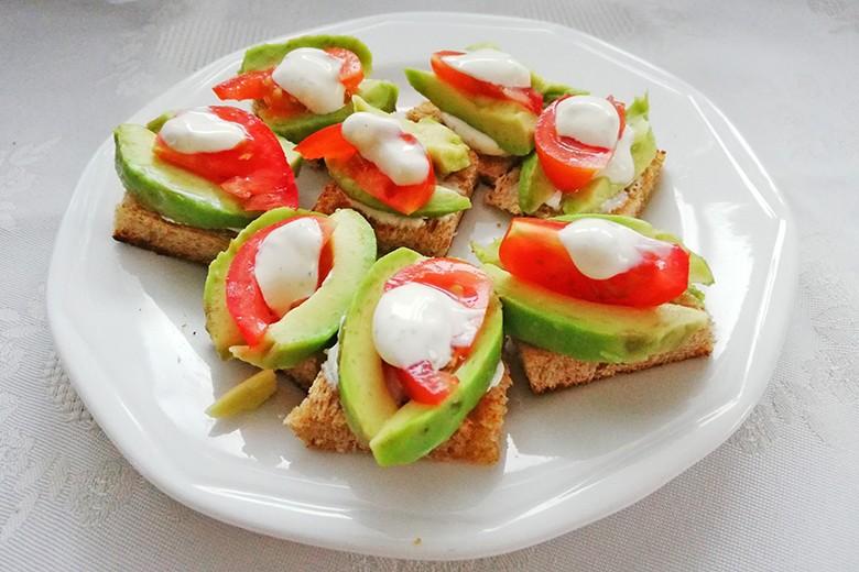 avocado-tomaten-canapes.jpg