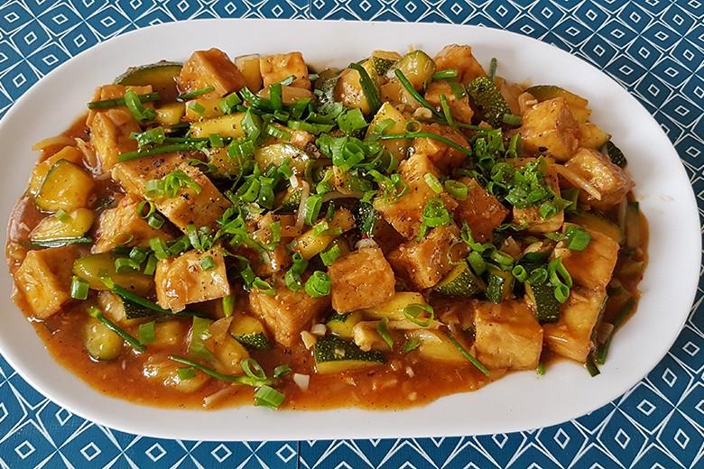 rauchertofu-mit-zucchini-und-fruhlingszwiebel.jpg