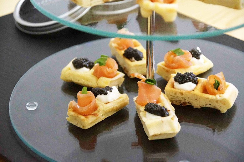 kaviar-waffel-mit-raucherlachs.jpg