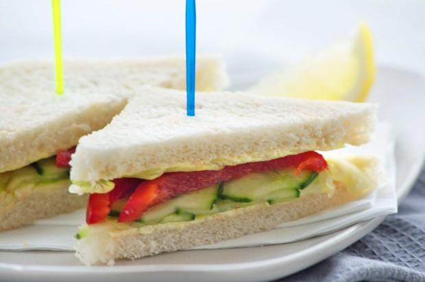 Gurkensandwich mit Zitronenbutter