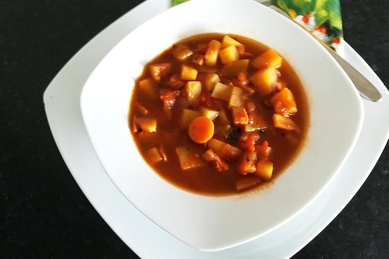 Gemüsesuppe auf Gulaschart