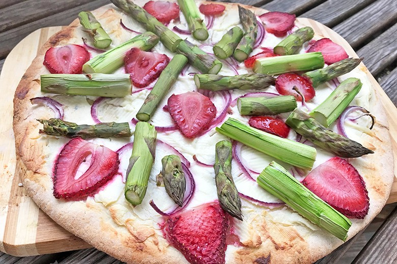 Spargelpizza mit Erdbeeren