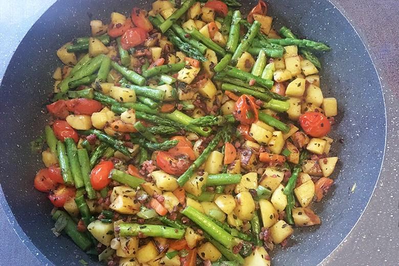Bunte Gemüsepfanne mit Speck