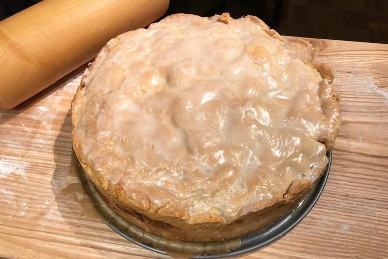 Gedeckter Apfelkuchen mit Walnüssen